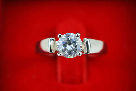 diamante: Anillos de bodas fondo, hermoso anillo de plata en el cuadro rojo para el concepto de la boda.