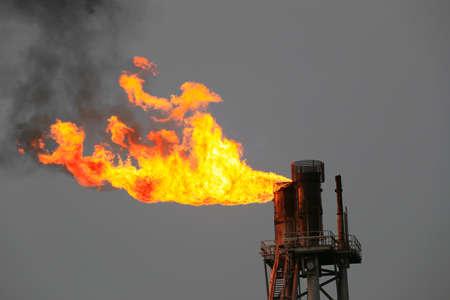 Piattaforma in mare aperto per la produzione di petrolio e di gas, petrolio e del gas e il duro lavoro, la piattaforma di produzione e processo di funzionamento per funzione manuale e automatico. Archivio Fotografico - 52794138