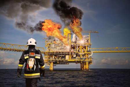 Feuerwehr auf Öl- und Gasindustrie, erfolgreiche Feuerwehrmann bei der Arbeit, Feuerwehranzug für Kämpfer mit Feuer und Anzug für schützen Feuerkämpfer, Sicherheitsteam, wenn das Feuer Fall. Sperrgebiet oder Gefahrenbereich.