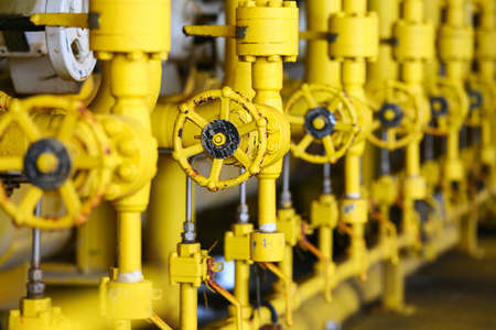 Valves manual in the production process. Production process used manual valve to control the system, Operator open and close or function the valve for controlled pressure or gas and oil flow rate. Banque d'images