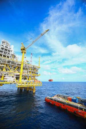 Offshore constructie platform voor de productie van olie en gas, olie en gas industrie en hard werken, productie platform en exploitatie proces handmatige en automatische functie, olie en rig-industrie en de bediening. Stockfoto - 68179838