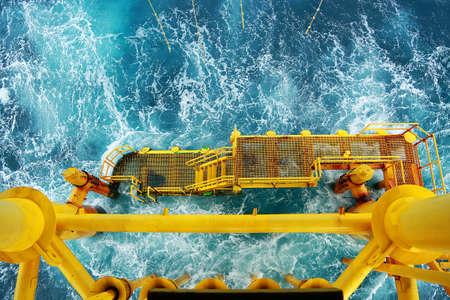 Piattaforma di costruzione offshore per produzione di petrolio e gas. Industria del petrolio e del gas e dell'industria del lavoro duro. Piattaforma di produzione e processo di funzionamento manuale e funzione automatica dalla sala di controllo. Archivio Fotografico - 80463338