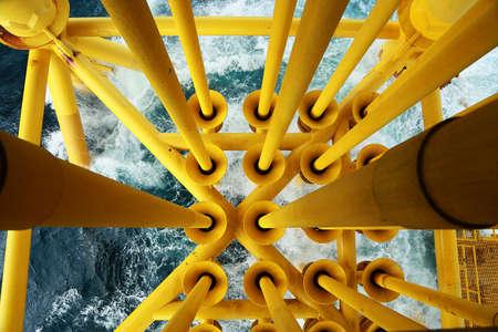 Plateforme de construction offshore pour la production de pétrole et de gaz. Industrie pétrolière et gazière et travail acharné. Plate-forme de production et processus d'exploitation par fonction manuelle et automatique depuis la salle de contrôle. Banque d'images