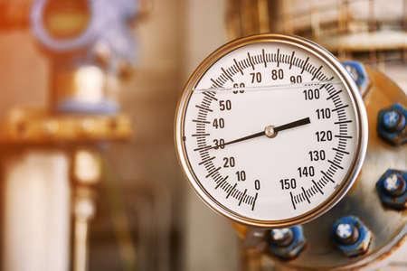 생산 공정에서 압력을 측정하는 압력계. 작업자 또는 운영자는 정기적 인 기록 및 분석 석유 및 가스 생산 공정에 대한 계량기로 석유 및 가스 프로세