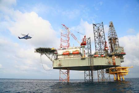 Offshore bouwplatform voor productie olie en gas. Olie- en gasindustrie en hardwerkende industrie. Productieplatform en bedrijfsproces door handmatige en automatische functie van de controle kamer.