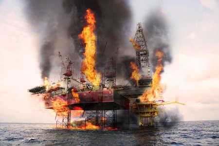 La construction pétrolière et pétrolière offshore est endommagée parce que le pire des cas ou le cas d'incendie ne peut pas contrôler la situation. Déversement d'huile dans la mer parce que le fonctionnement incorrect et accident dans le travail hors de la règle de sécurité. Banque d'images - 80463475