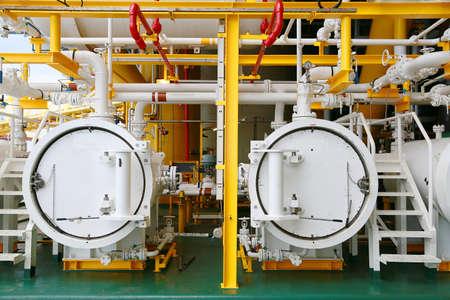 Plateforme de construction offshore pour la production de pétrole et de gaz. Industrie pétrolière et gazière et travail acharné. Plate-forme de production et processus d'exploitation par fonction manuelle et automatique depuis la salle de contrôle.