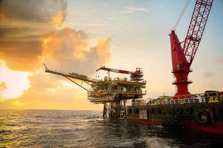 Offshore-Bauplattform für die Förderung von Öl und Gas. Öl- und Gasindustrie und harte Arbeit. Produktionsplattform und Betriebsprozess durch manuelle und automatische Funktion vom Kontrollraum aus.