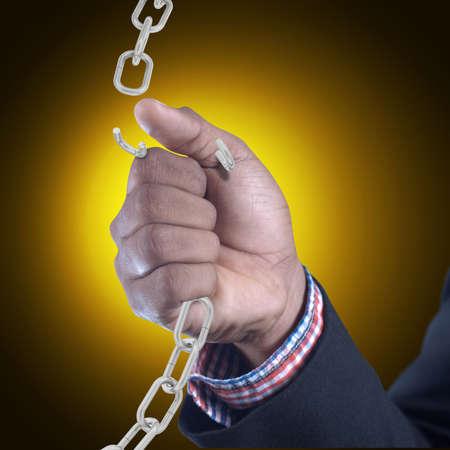 cadena rota: Hombre de negocios con la cadena rota