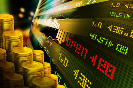 comercio: Monedas de oro con gráfico de cotizaciones financiera