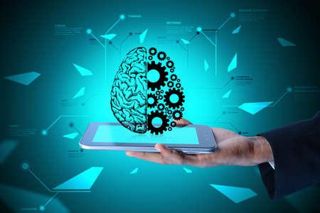 Man zeigt Gehirn und Zahnräder auf Smartphone in der Farbe Boden zurück Standard-Bild - 44532902