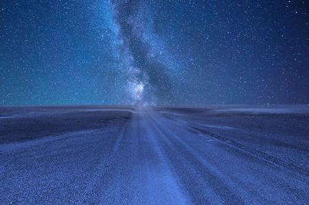 Night sky with stars in a deserted desert. Imagens
