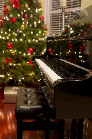 fortepian: Baby grand piano z choinkÄ… i prezentami w tle