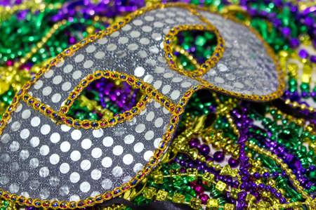 mardi gras: Mardi Gras mask masquerade su uno sfondo di colori Beads Mardi Gras