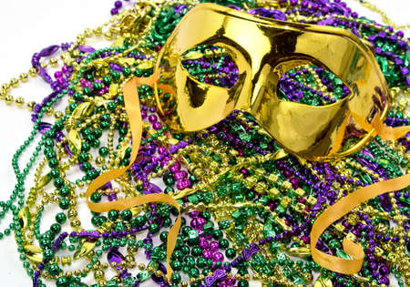Mardi Gras maskerade masker op een achtergrond van kleurrijke Mardi Gras Beads Stockfoto