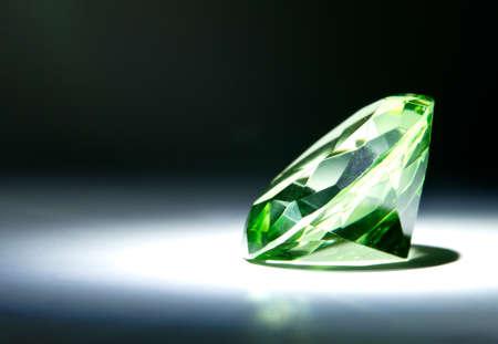 diamante negro: Ronda de corte de piedras preciosas facetas pintado de verde con la luz