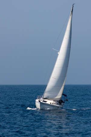 白いヨット進行中