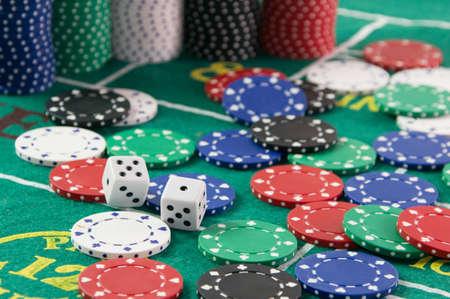 fichas de casino: Dados mesa con fichas de casino y los dados