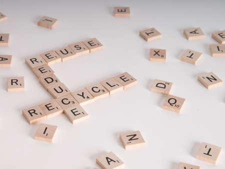 """reduce reutiliza recicla: Reducir, Reutilizar, Reciclar concepto. Madera letras del Scrabble explicar """"reducir, reutilizar, reciclar"""" Aislado sobre fondo blanco"""