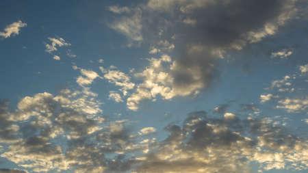 cielos azules: Mullidas nubes blancas abstractas contra el cielo azul profundo