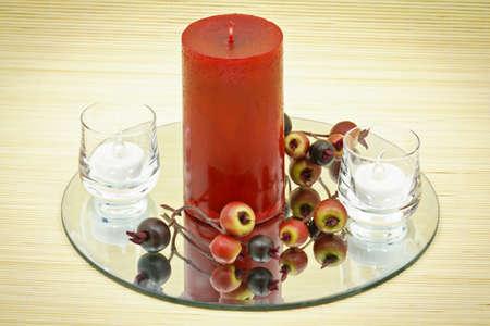 Hermosa decoración del hogar con velas y flores decorativas en alfombra de bambú marrón pequeña  Foto de archivo - 9783124
