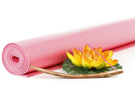 Tapis de yoga avec la fleur oriental sur fond blanc