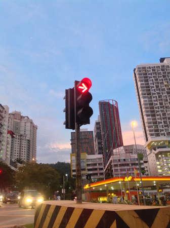 rote ampel: Ampel mit prominenten rotes Licht bedeutet Altestelle und ohne nach rechts Lizenzfreie Bilder