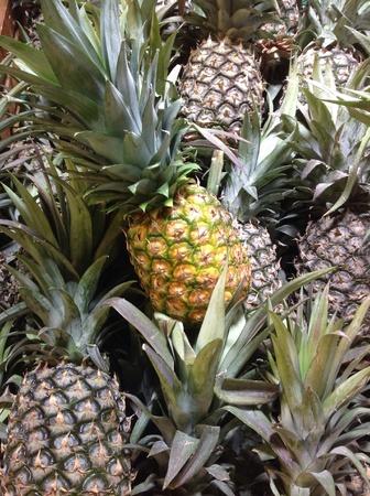 uncut: Ananas freschi tagliati