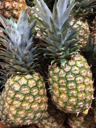 uncut: Primo piano di ananas freschi tagliati