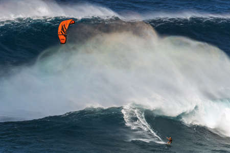 granola: Maui, Hawaii, EE.UU. - 15 de diciembre 2013: kite surfista está montando una onda grande en Jaws Editorial