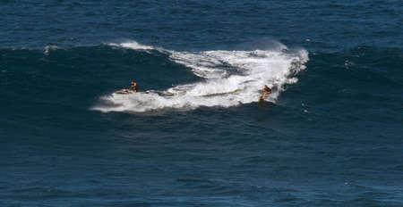 granola: Maui, Hawaii, EE.UU. - 15 de diciembre 2013: el remolque de un surfista en una onda grande en la mandíbula