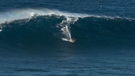granola: Maui, Hawaii, EE.UU. - 15 de diciembre 2013: Desconocido surfista está montando una onda grande en Jaws
