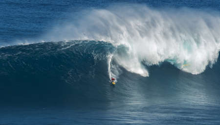 granola: Maui, Hawaii, EE.UU.-10 de diciembre 2014: Desconocido surfistas est�n montando una onda grande en Jaws Editorial