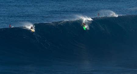 granola: Maui, Hawaii, EE.UU.-10 de diciembre 2014: Desconocido surfistas están montando una onda grande en Jaws Editorial