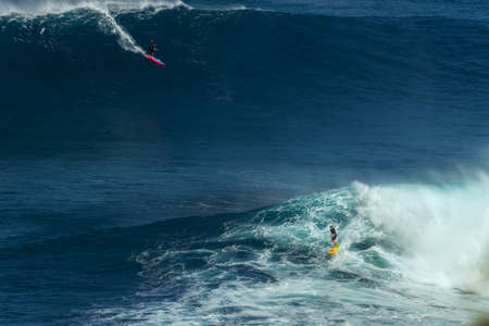 granola: MAUI, HAWAII, USA-DECEMBER 10, 2014: Unknown surfers are riding a big wave at Jaws Editorial