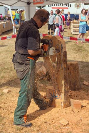 carver: Diedenbergen, Hessen, Alemania-AGOSTO 4, 2013: tallador de madera en el trabajo Editorial