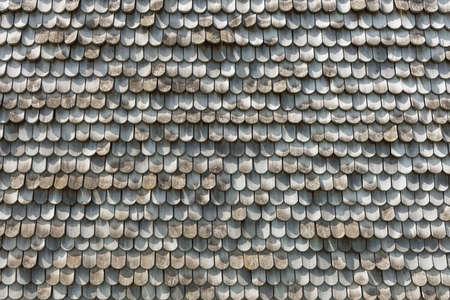 tejas: tejas de madera en una azotea Foto de archivo