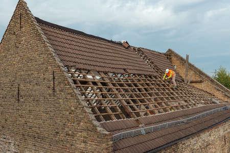 프랑크푸르트, 헤센, 독일 -2011 년 9 월 28 일 : 오래 된 헛간의 철거