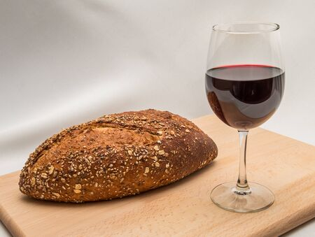 The traditional bread and wine elements of the Christian holy sacrament of Communion Stockfoto