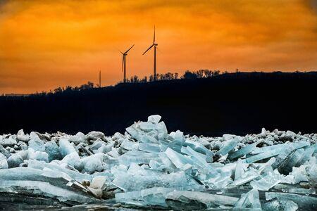 Chunks of blue ice fill the Susquehanna River near Wrightsville, PA in winter at sunrise Archivio Fotografico