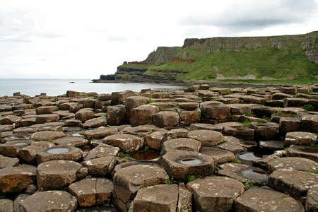 ジャイアンツ ・ コーズウェーからアイルランドの北海岸に沿って長い目で見る 写真素材