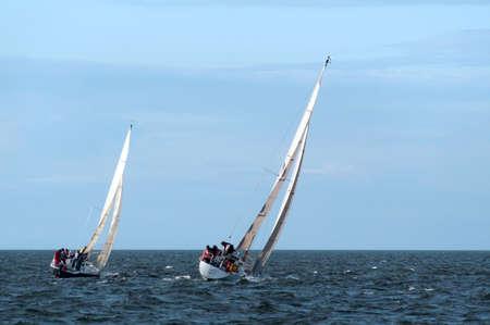 bateau de course: Deux voiliers dans une course sur la c�te nord de l'Irlande