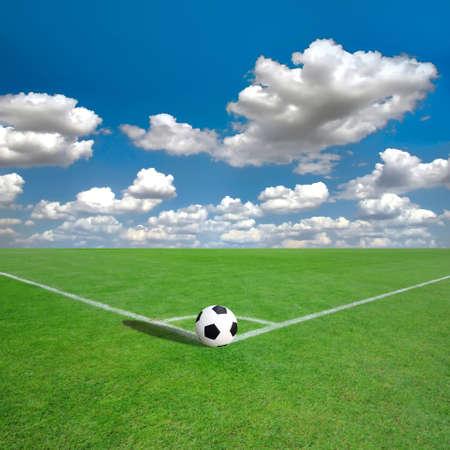 白い印を持つフットボール (サッカー) フィールドのコーナー