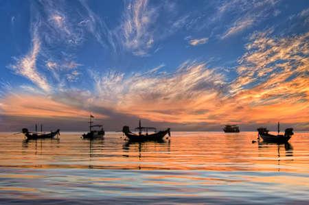 タイ タオ島熱帯のビーチのロングテール ボートに夕日 写真素材