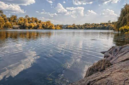 カラフルな紅葉美しい森と湖の上 写真素材