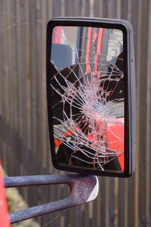 rear view mirror: Un espejo retrovisor roto