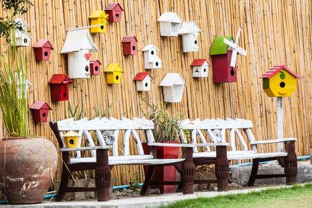 muebles de madera: Banco de la vendimia y la pared de madera con el nido de p�jaro Foto de archivo
