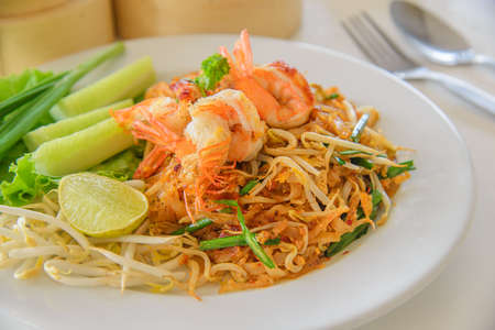 Fried noodle Thai style with prawns or padthai