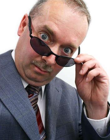 business skeptical: El Hombre de negocios Serio Quita Las Gafas de sol