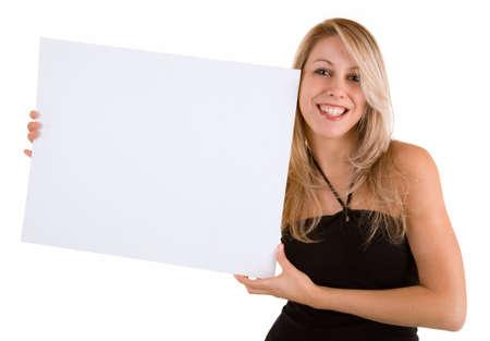 空白の白い看板を持っている美しい若い女性